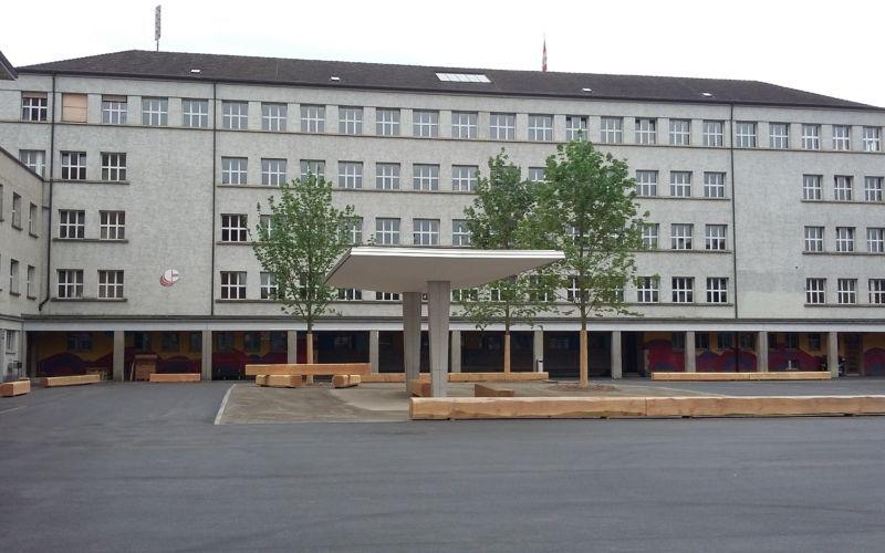 Ein Mädchen von zentral und ein Mädchen von Luberzen haben sich geschlagen im Schulhaus Dietikon!